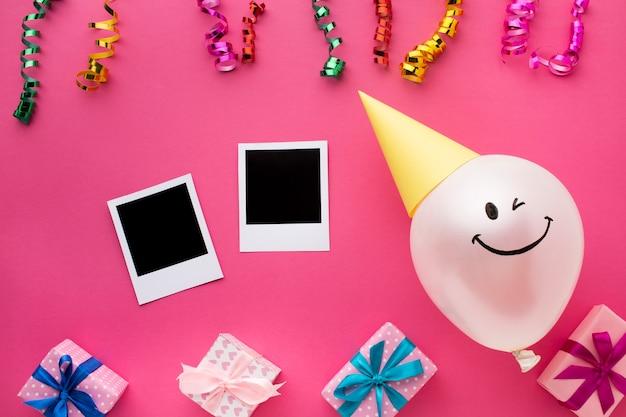 Układ widok z góry z balonem i konfetti