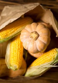 Układ widok z góry z kukurydzy i dyni