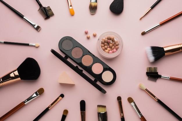 Układ widok z góry z pędzlami do makijażu i paletą