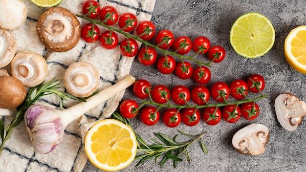 Układ widok z góry ze świeżymi pomidorami