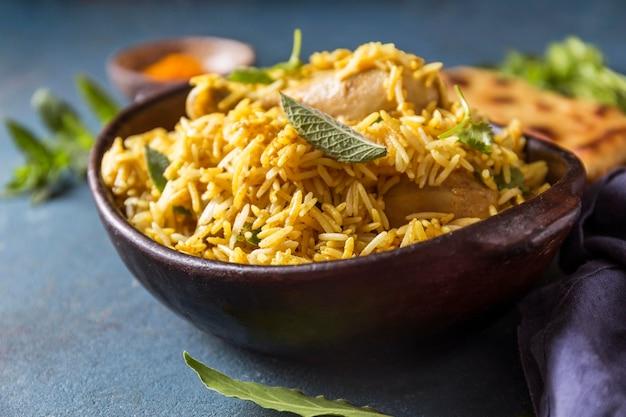 Układ widok z przodu z pysznym pakistańskim posiłkiem