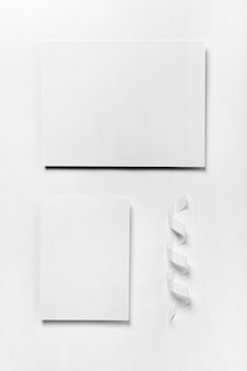 Układ widoku z góry z kawałkami papieru