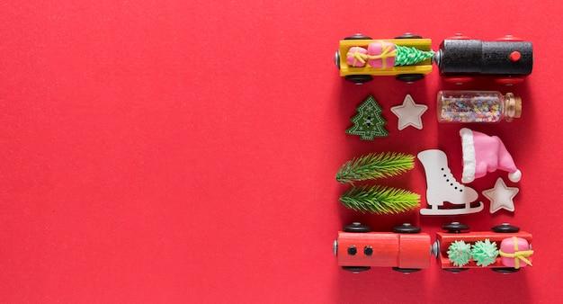 Układ widoku z góry z noworocznymi świątecznymi pociągami jodłowymi gwiazdami
