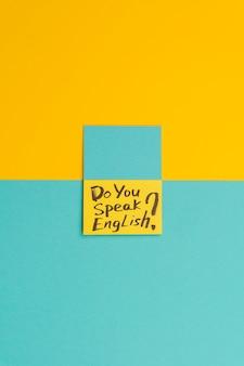 Układ widoku z góry z zielonymi i żółtymi karteczkami samoprzylepnymi