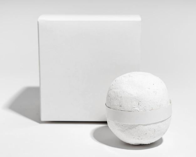 Układ widoku z przodu z białą bombą do kąpieli