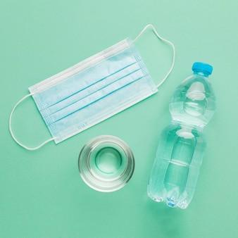Układ wody i maski medycznej w widoku z góry