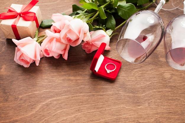 Układ wysokiego kąta z pierścionkiem zaręczynowym
