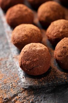 Układ z bliska pyszne cukierki czekoladowe