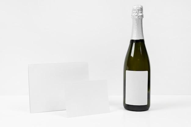Układ z butelką i kawałkami papieru