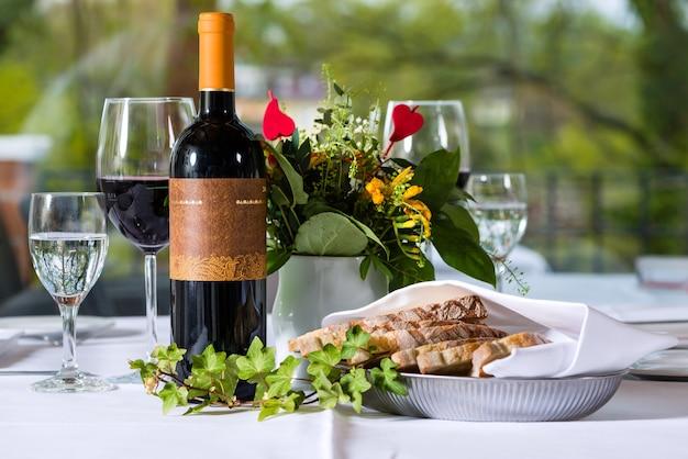Układ z butelką wina i wyhodowana w eleganckiej restauracji