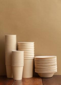 Układ z filiżankami i talerzami