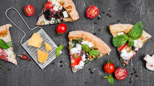 Układ z kawałkami pizzy i serem