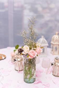 Układ z kwiatami na stole