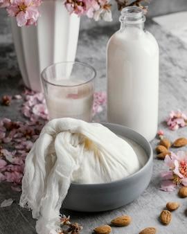 Układ z mlekiem migdałowym na stole