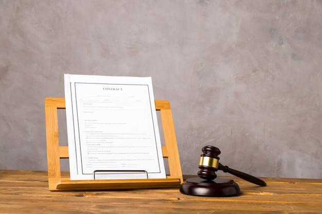 Układ z młotkiem sędziego i kontraktem