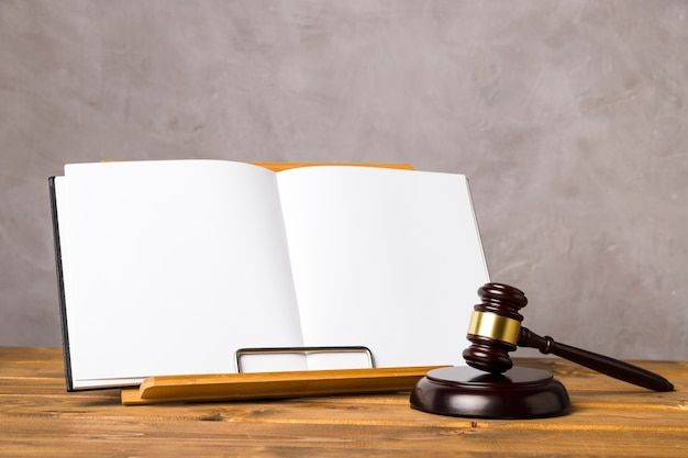 Układ z młotkiem sędziego i otwartą książką