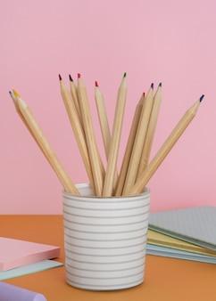 Układ z ołówkami w filiżance