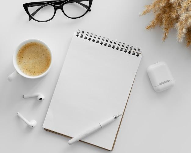 Układ z pustym notatnikiem na biurku