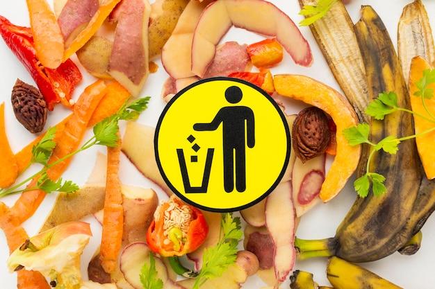 Układ z resztkami zmarnowanego jedzenia obranych warzyw symbol