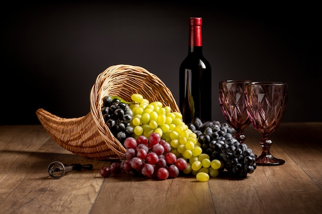 Układ z rogiem obfitości z pysznym jedzeniem i butelką wina