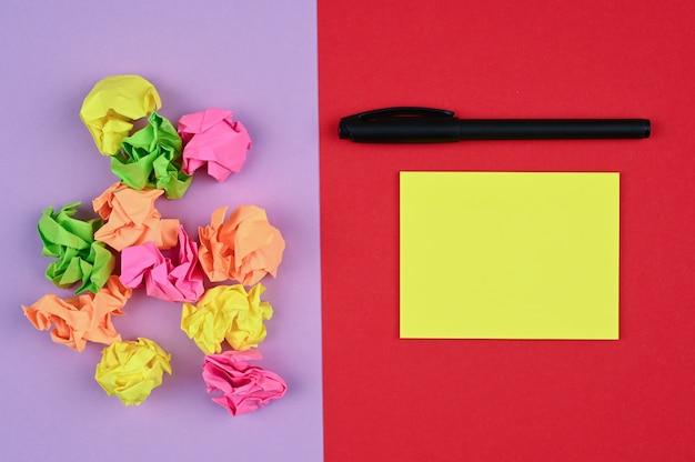 Układ z różnymi kolorowymi karteczkami samoprzylepnymi na kolorowej powierzchni