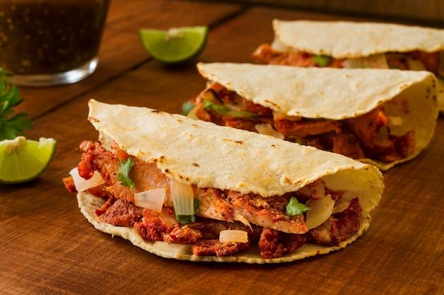 Układ z tacos na drewnianym tle
