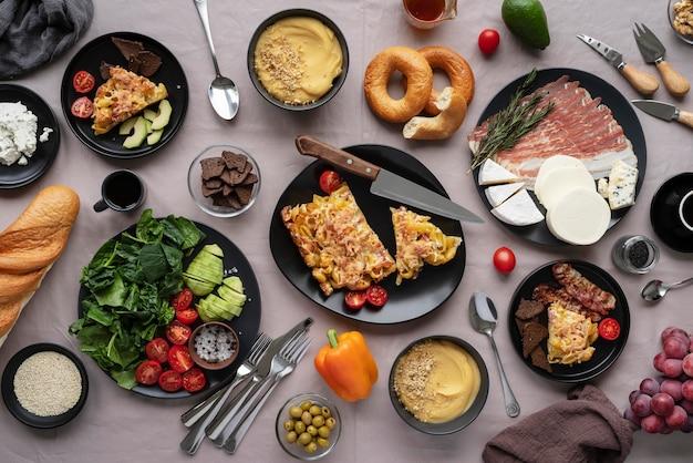 Układ z widokiem z góry na pyszne jedzenie