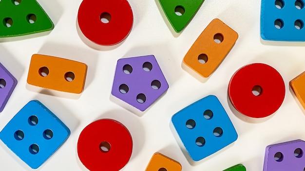 Układ zabawek edukacyjnych dla małych dzieci w postaci wielokolorowych sorterów na białym