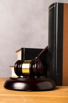 Układ zbliżenia z książkami i młotkiem sędziego