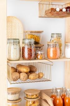 Układ ze szklanymi pojemnikami do żywności