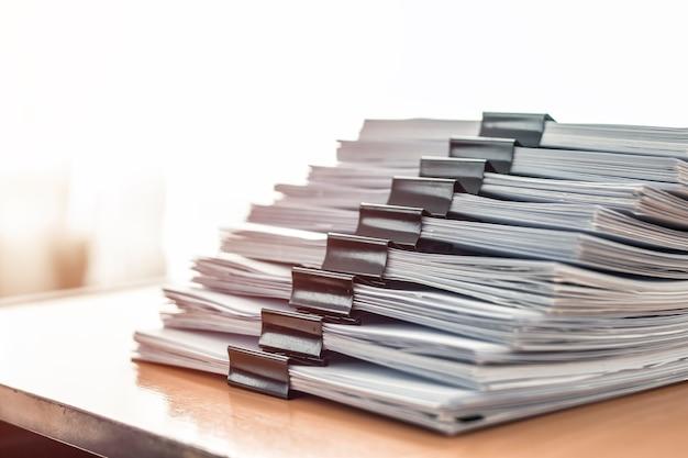 Układa pliki dokumentów za pomocą czarnego klipu