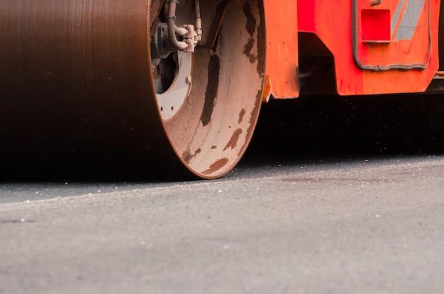 Układanie asfaltu w mieście. koncepcja naprawy dróg