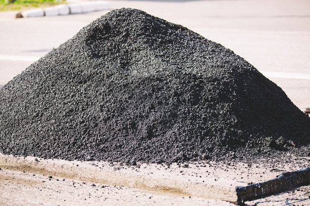 Układanie asfaltu w mieście.