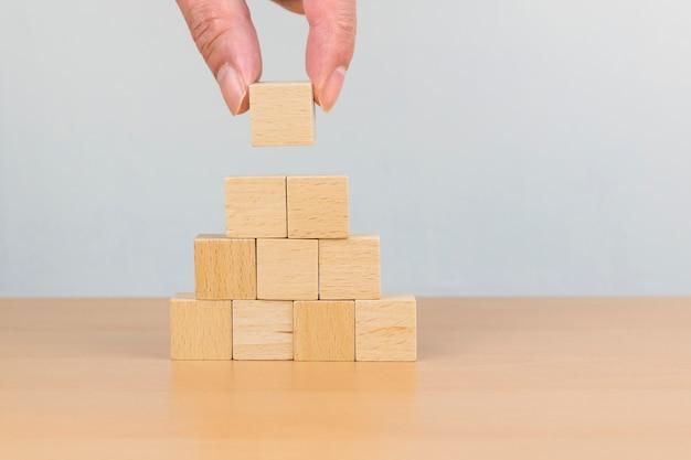 Układanie bloków drewnianych jako schodek schodowy. koncepcja ścieżki kariery dla procesu sukcesu firmy