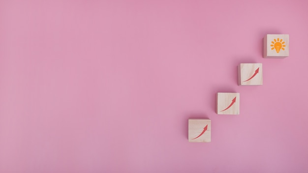 Układanie bloków drewnianych jako układanie schodów do pomysłu na różowym tle, proces sukcesu koncepcji biznesowej. miejsce na kopię.