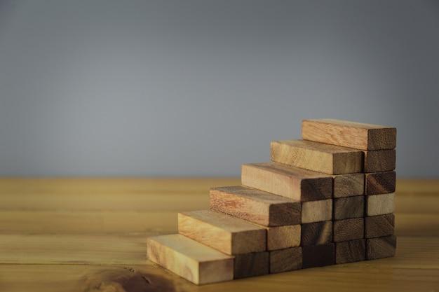 Układanie drewnianych klocków w stopnie