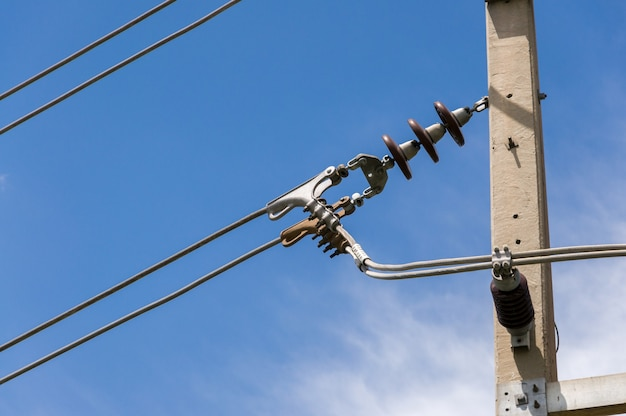 Układanie linii elektrycznych średniego napięcia na izolatorach wsporczych
