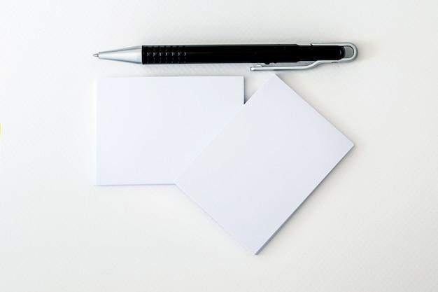 Układanie makiety pustej białej wizytówki z piórem elegancji na białym papierze, szablon tożsamości marki firmy