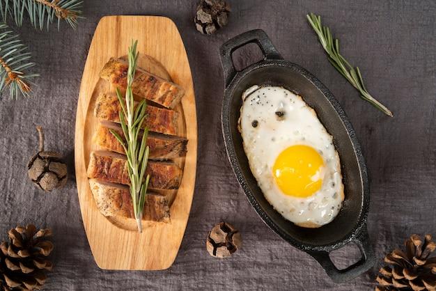 Układanie na płasko z mięsem i jajkiem
