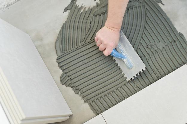 Układanie płytek ceramicznych