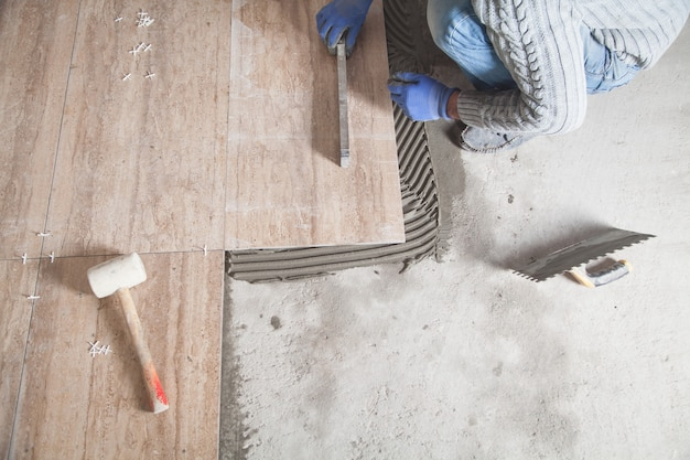 Układanie podłogowych płytek ceramicznych. renowacja podłogi