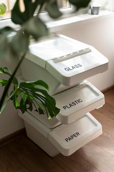 Układanie pojemników na śmieci w pomieszczeniu