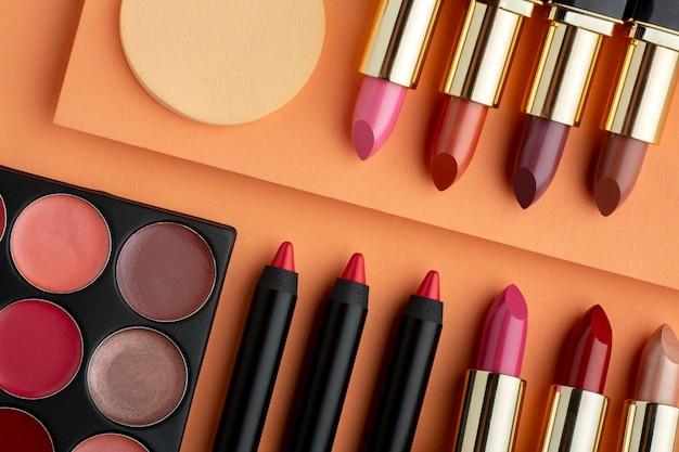 Układanie produktów do makijażu widok z góry
