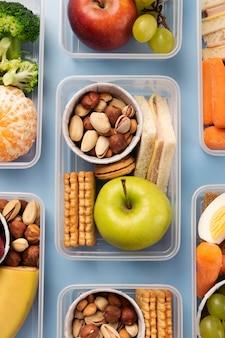 Układanie pudełek na lunch z jedzeniem, widok z góry