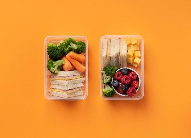 Układanie pudełek na lunch ze smacznym jedzeniem, widok z góry