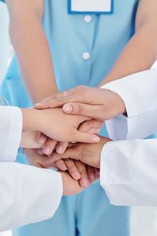 Układanie rąk pracowników służby zdrowia