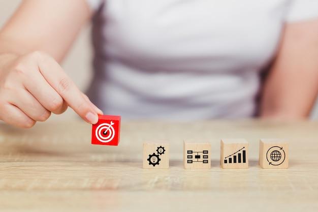 Układanie ręczne układanie klocków drewnianych pojęcie usługi dla biznesu do sukcesu