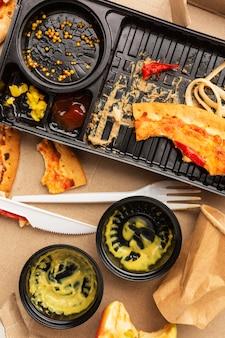 Układanie resztek zmarnowanego jedzenia i sosów