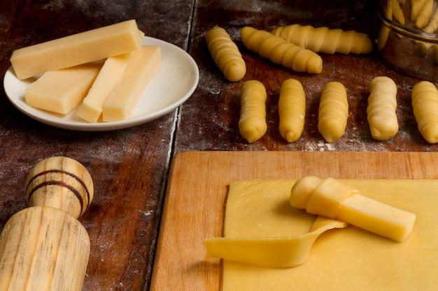 Układanie tradycyjnych wenezuelskich paluszków serowych