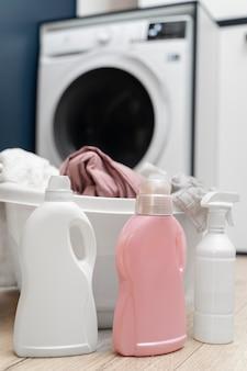 Układanie ubrań w koszu w pralni